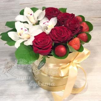orhidei-rozy-i-klubnika-v-korobke