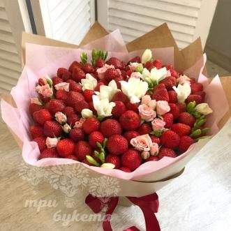 buket-iz-klubniki-i-cvetov